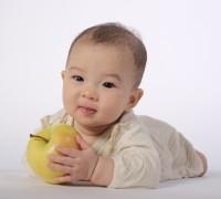 りんごが食べたい赤ちゃん